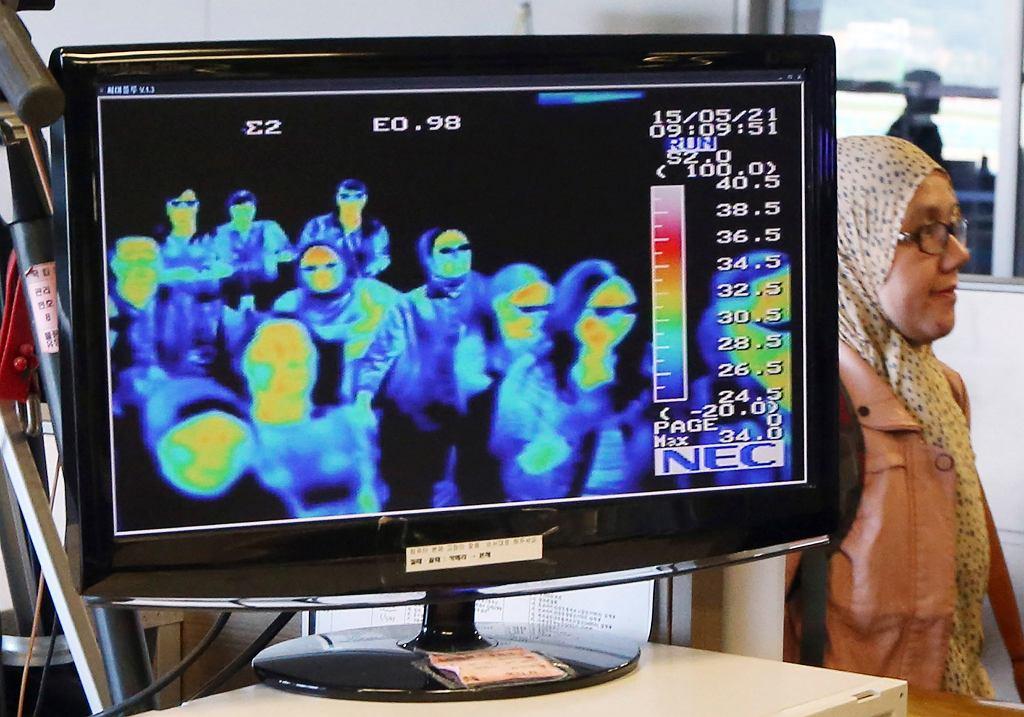 Badanie temperatury ciała pasażerów na lotnisku (zdjęcie ilustracyjne)
