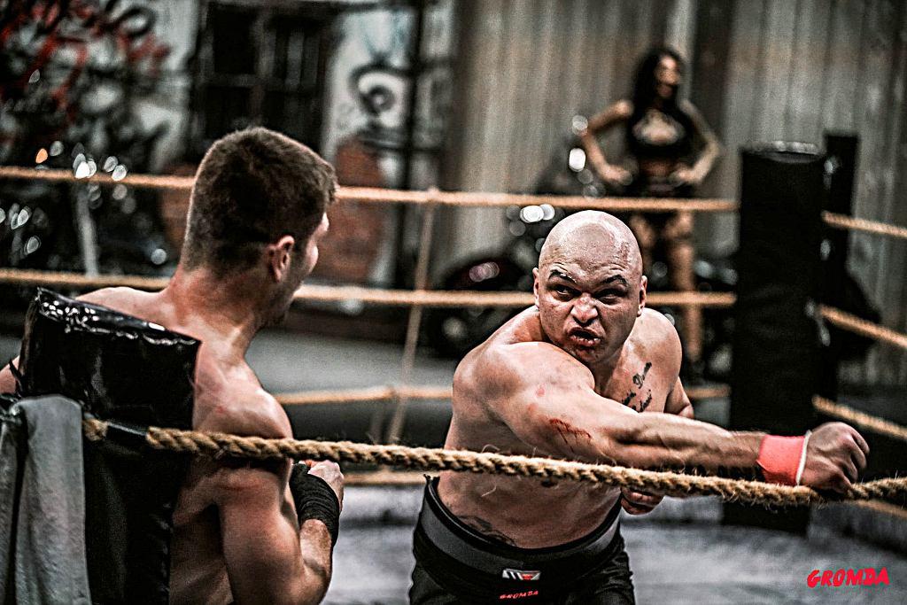 Krystian 'Tyson' Kuźma (po prawej) oraz Mateusz 'Don Diego' Kubiszyn podczas walki 11 grudnia 2020 r.