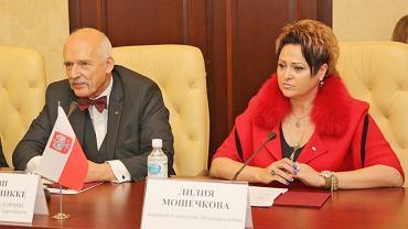 Janusz Korwin Mikke i Lilija Moshechkova z wizytą na Krymie w 2015 roku . Zdjęcie zamieścił Siergiej Aksionow, polityk Republiki Autonomicznej Krymu narodowości rosyjskiej, przewodniczący partii Russkoje Jedinstwo, dążącej do przyłączenia Półwyspu Krymskiego do Rosji (Wikipedia)