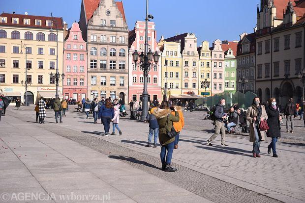 Zdjęcie numer 11 w galerii - Piękna pogoda wyciągnęła wrocławian z domów. Dużo spacerowiczów w Rynku i na bulwarach [ZDJĘCIA]