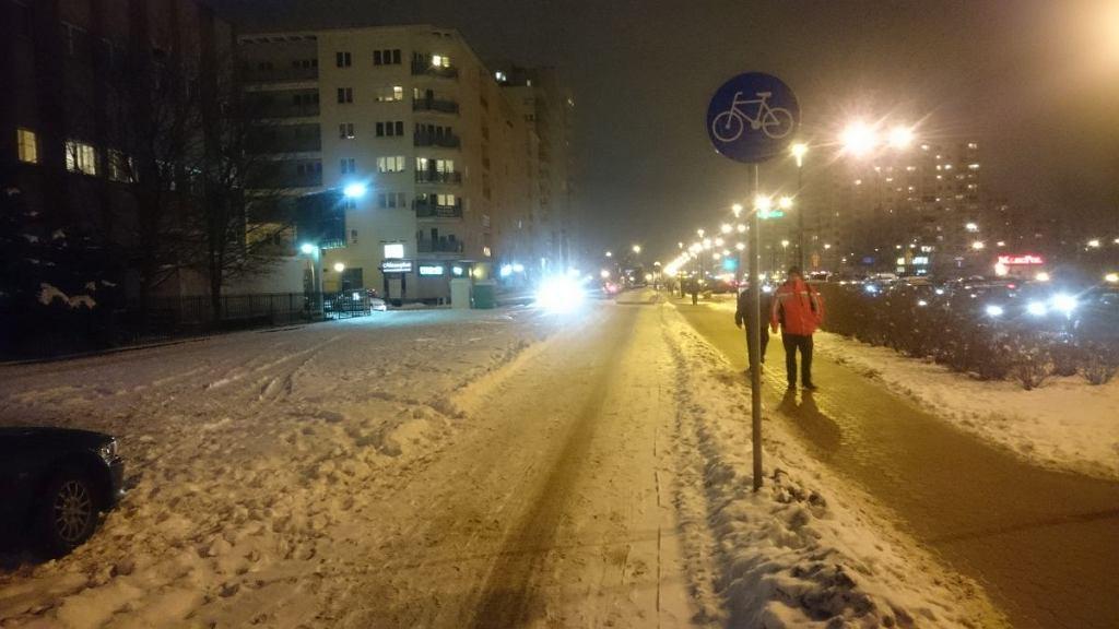 Nieodśnieżona droga dla rowerów w al. KEN (przy wyjściu ze stacji metra Stokłosy)