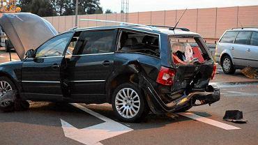Droga S3. Wypadek obok Sulechowa. Zderzyły się cztery auta jadące w tym samym kierunku. Srebrny passat uderzył w granatowe auto tej samej marki, a to uderzyło w jettę i sharana