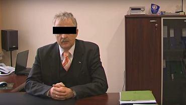 Zbigniew A., dyrektor oskarżony o molestowanie seksualne uczennic, w swoim gabinecie