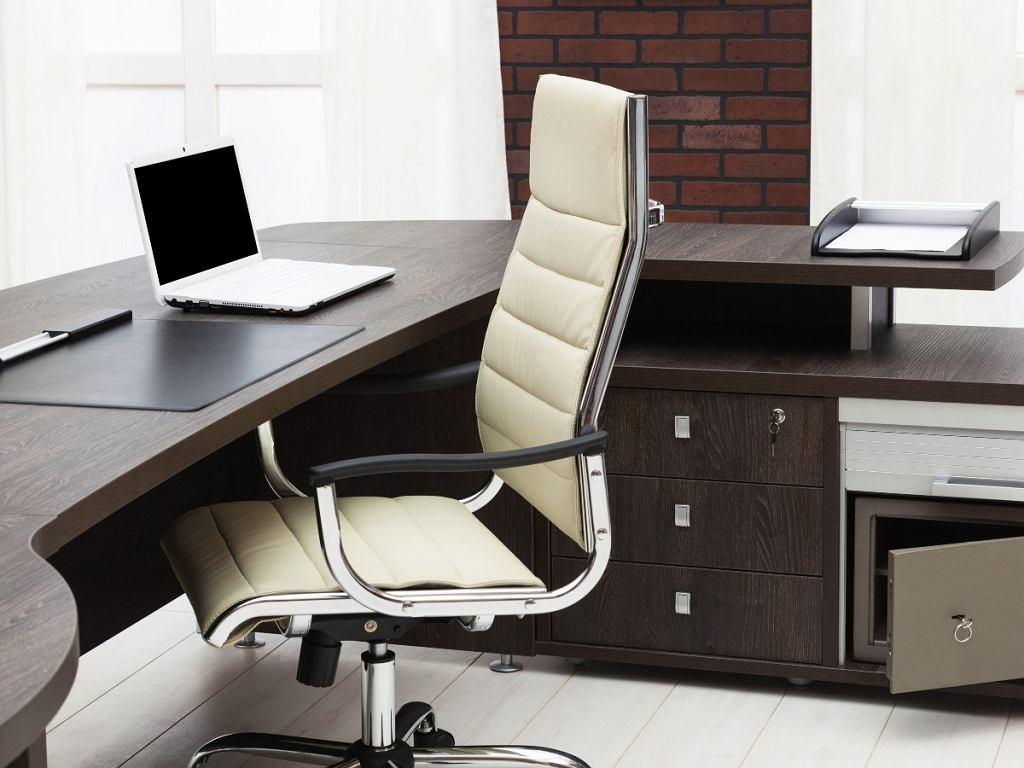 praktyczne biurko do gabinetu