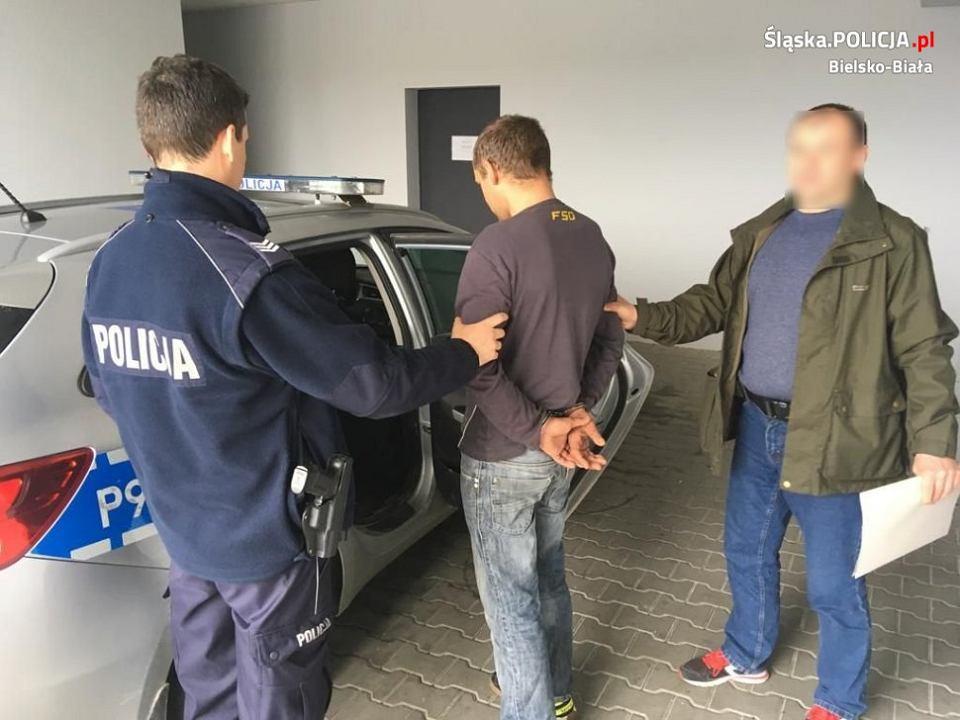 Policjanci zatrzymali 33-latka z powiatu bielskiego, który od roku znęcał się nad swoją 22-letnią partnerką i swoim 80-letnim ojcem