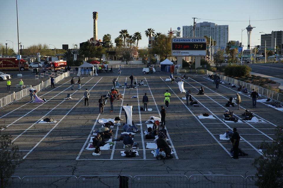 30.03.2020, Las Vegas, bezdomni na parkingu zamienionym na 'schronisko:.