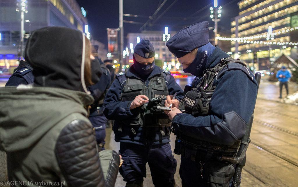 Tylko w Wielką Sobotę policja nałożyła prawie 5 tys. mandatów za brak maseczki