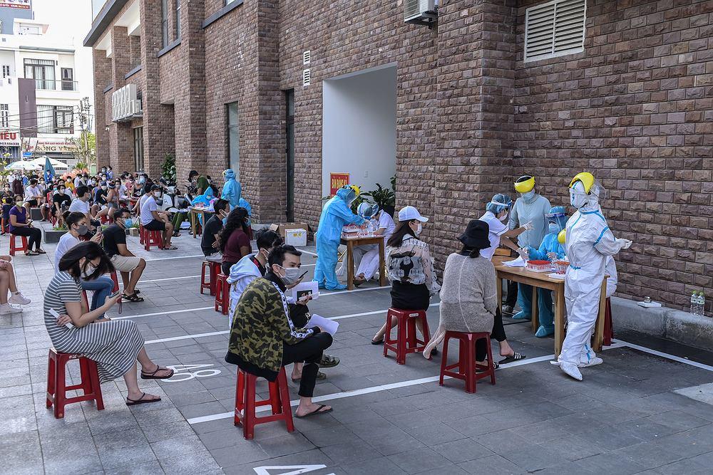 Oczekiwanie na zrobienie testu w Da Nang
