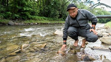 Szymon Wróbel w potoku Sopotnia. Poziom wody w czasie upałów jest coraz niższy