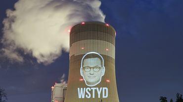Nocna akcja Greenpeace'u w Bełchatowie. Wyświetlili na kominie elektrowni twarz Mateusza Morawieckiego