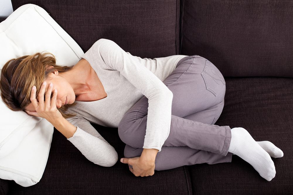 Dur brzuszny objawia się m.in. wysoką gorączką, bólem brzucha, zaparciami, biegunką, apatią.