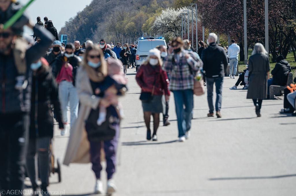 Luzowanie obostrzeń. Od 15 maja w niektórych województwach będzie można zdjąć maseczki na świeżym powietrzu (zdjęcie ilustracyjne)
