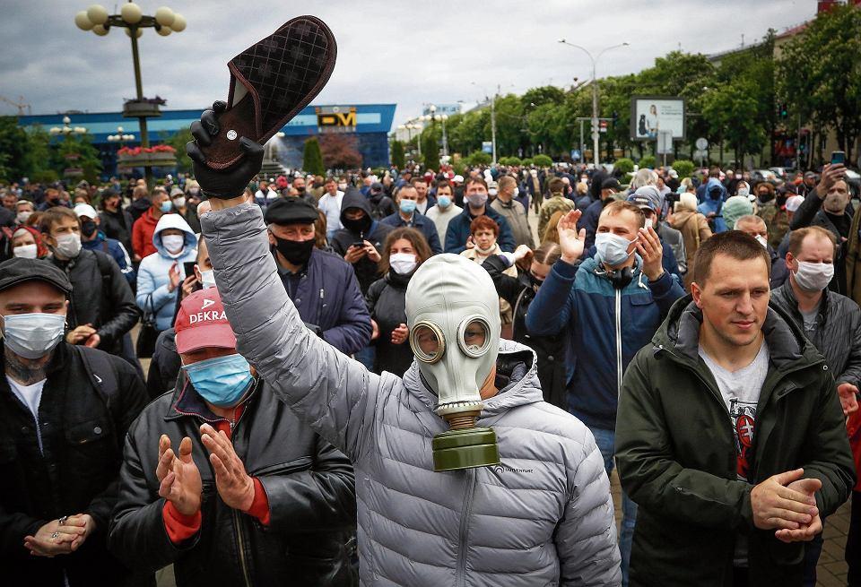 Zwolennicy Siarhieja Cichanouskiego na pikiety przychodzą z kapciami. To nawiązanie do hasła wyborczego: 'Stop karaluch'. Mińsk, 31 maja 2020