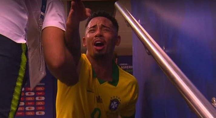 Gabriel Jesus we łzach po czerwonej kartce
