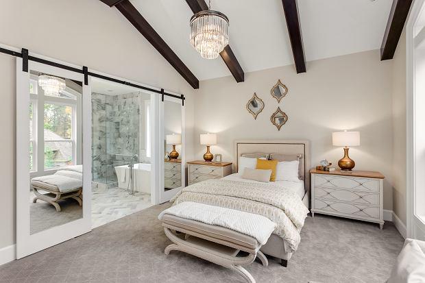 Sypialnia w stylu glamour. Jak ją stylowo urządzić?