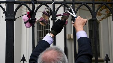 'Stop pedofilii w Kościele' - Dziecięce buciki jako symboliczny protest przeciwko ukrywaniu winnych przez hierarchów. Kraków, Kościół św Floriana. 26 sierpnia 2018