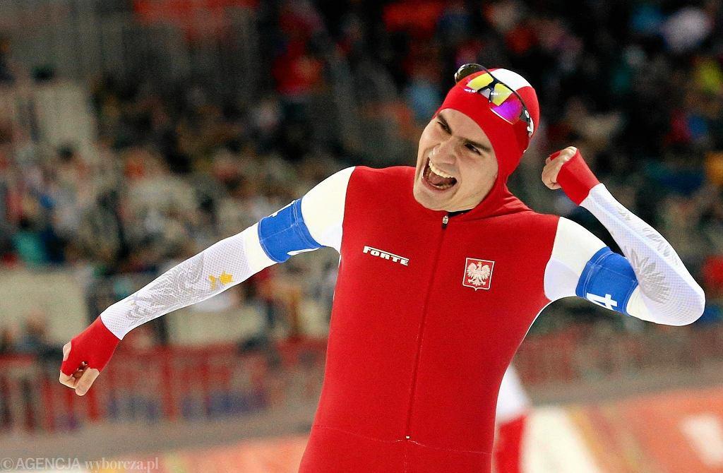 Jan Szymański cieszy się ze zwycięstwa, które dało reprezentacji Polski w łyżwiarstwie szybkim brązowy medal igrzysk olimpijskich w Soczi 2014