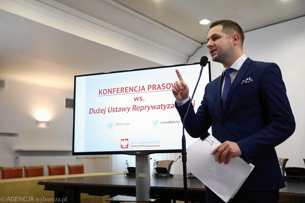 Wiceminister Patryk Jaki podczas prezentacji projektu ustawy reprywatyzacyjnej (zdj. arch.)