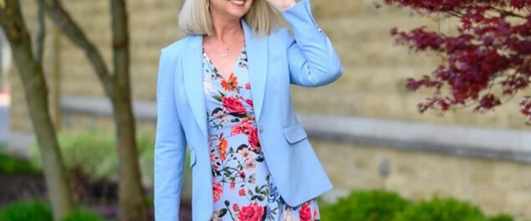 Moda 50+: te eleganckie sukienki na lato dodają klasy. Kopertowy fason wysmukla szyję i ramiona!