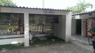 ''Muzeum'' Garrinchy... Szumna nazwa. Raczej spora gablota z pamiątkami. Władze miasteczka postawiły też w centrum pomnik piłkarza.