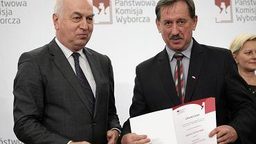 Na zdjęciu: Andrzej Pająk (po prawe) odbiera odznaczenie z rąk wiceprzewodniczącego PKW
