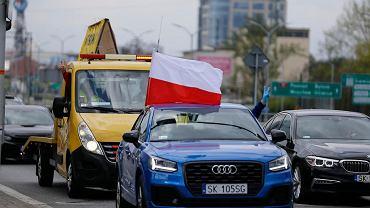 Auto Marka Jarockiego z biało-czerwoną flagą na czele samochodowego protestu przedsiębiorców w Katowicach.