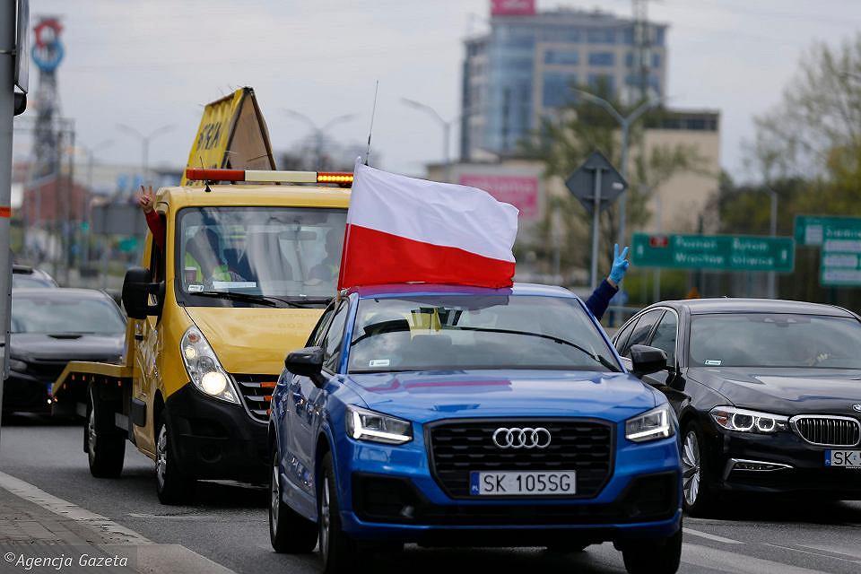 https://bi.im-g.pl/im/dd/fd/18/z26203869V,Auto-Marka-Jarockiego-z-bialo-czerwona-flaga-na-cz.jpg