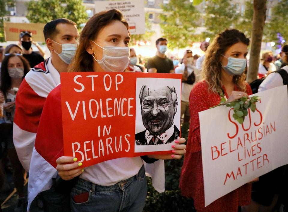 Pikieta 'Wolność i demokracja na Białorusi' oraz głodówka przed przedstawicielstwem Komisji Europejskiej w Warszawie. Organizatorzy oczekują od Unii Europejskiej pomocy w obronie wolności i demokracji, 13 sierpnia 2020 r.