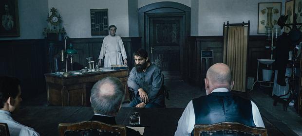 Młody socjalista Józef Piłsudski (w tej roli Borys Szyc) przed carskim sądem. Kadr z filmu 'Piłsudski' Michała Rosy