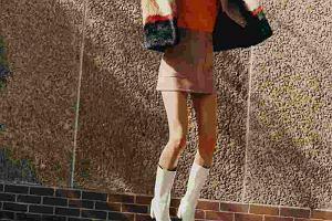Kicz, tandeta, obciach. Tak pisze się o białych kozakach - najmodniejszych butach sezonu!