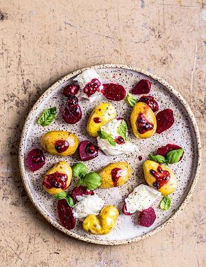 Sałatka buraczkowa zmłodymi ziemniakami, mozzarellą idressingiem malinowo-jeżynowym