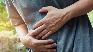 Jakie są przyczyny bólu brzucha w okolicy pępka? Jak przebiega ich diagnostyka i leczenie?