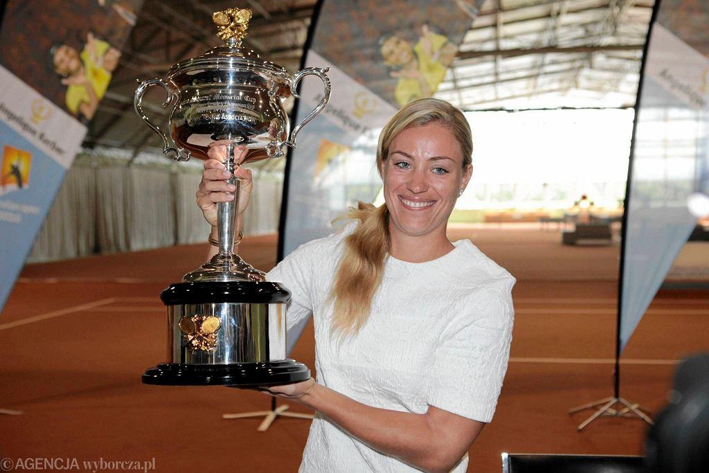 Andżelika Kerber prezentuje w Puszczykowie puchar za wygranie Australian Open