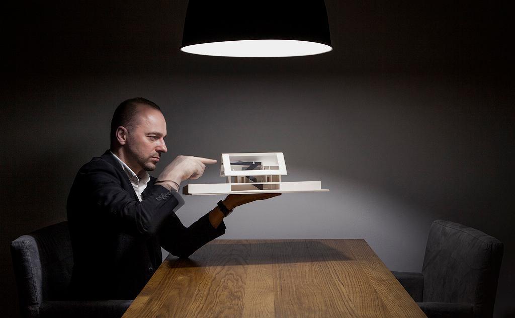 Bogusław Barnaś z modelem 'Domu z prywatnym Giewontem'