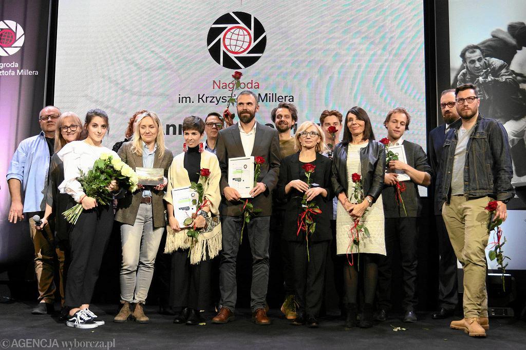 Grupowe zdjęcie laureatów i jury konkursu.