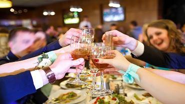 Wesele - parze kazano najeść się przed przyjęciem