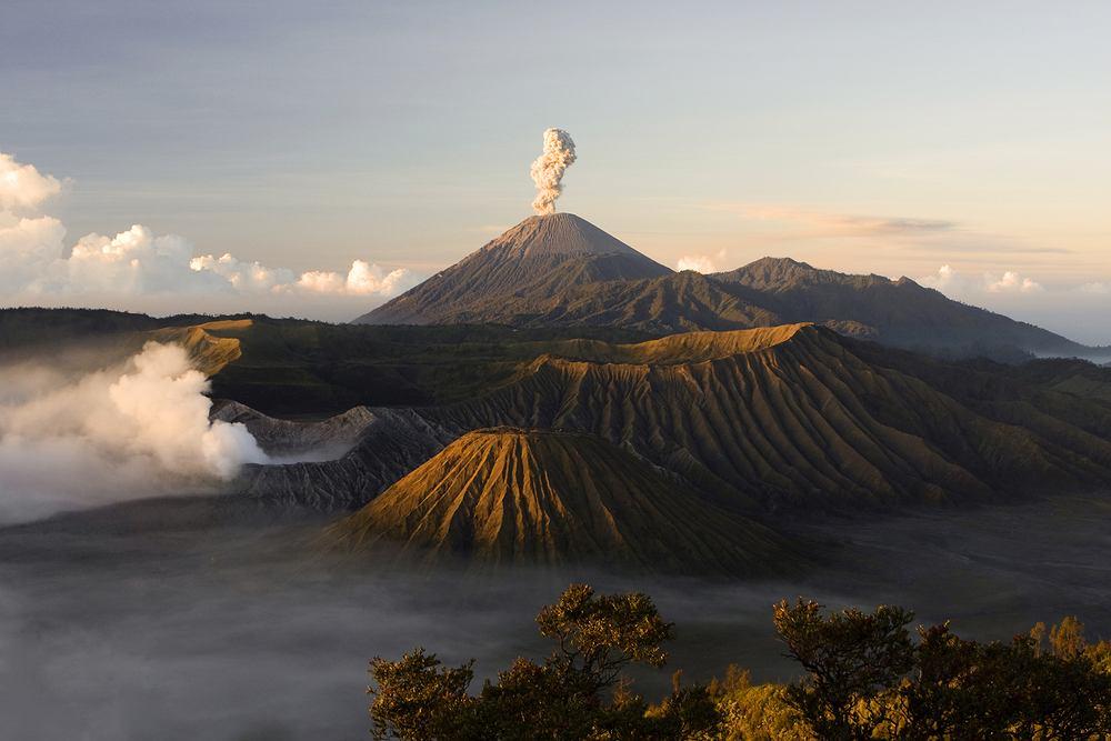 Wulkan Bromo, Indonezja. Bromo to czynny wulkan we wschodniej części Jawy w Indonezji. Ze względu na piękne zachody słońca i widok na inny wulkan - Semeru chętnie odwiedzają go turyści.