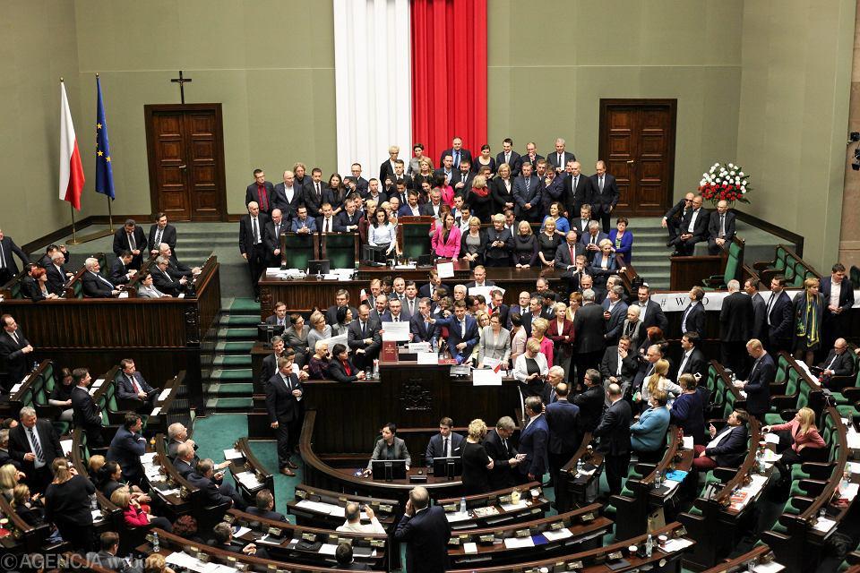 Od 16 grudnia posłowie opozycji przebywają w sali plenarnej Sejmu (na zdjęciu - blokada mównicy)