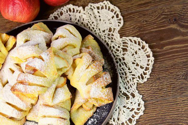 czerwone gorące ciasto z jabłkami