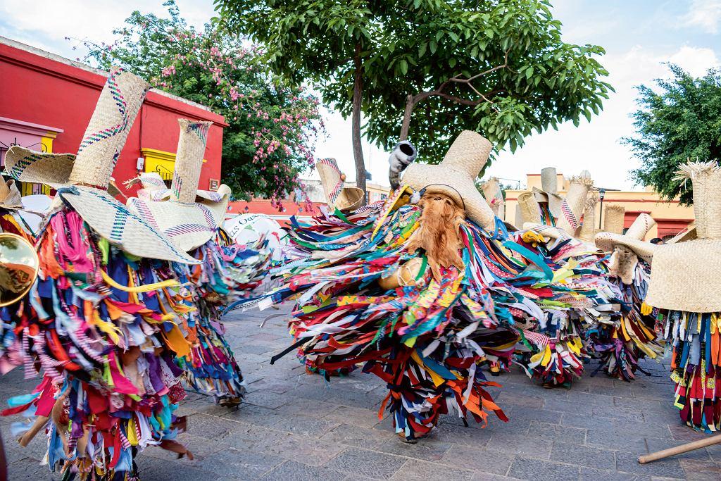 Meksyk, lipcowe święto wOaxaca - mężczyźni wtradycyjnych strojach tiliches zPutla