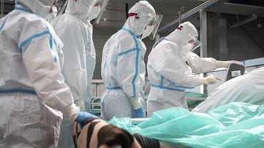 01.04.2021, lotnisko Pyrzowice. Lekarze i pacjenci szpitala tymczasowego w strefie zamkniętej podczas epidemii koronawirusa.