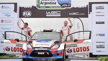 <b>Robert Kubica jadący z pilotem Maciejem Szczepaniakiem (ford fiesta WRC) zajął szóste miejsce w Rajdzie Argentyny, piątej rundzie mistrzostw świata. Polak (strata do zwycięzcy Jari-Mattiego Latvali 10.08) zdobył pierwsze osiem punktów w klasyfikacji mistrzostw świata. W naszej galerii możecie zobaczyć, jak pruł przez bardzo wymagające argentyńskie trasy.</b>