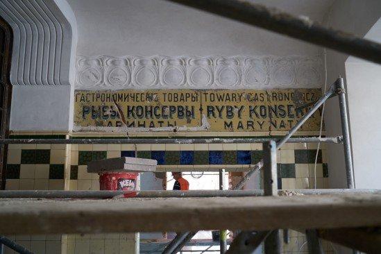 Odnaleziono zabytkowe szyldy na Hali Koszyki. Przetrwały sto lat!