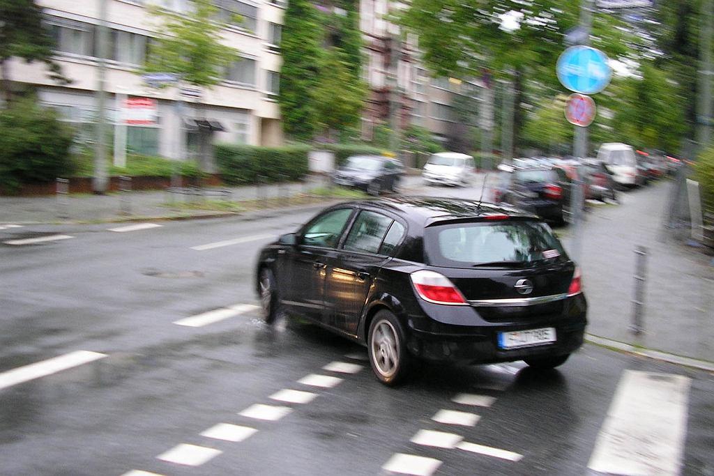 Opel Astra mknie po drodze