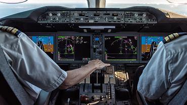 Kokpit samolotu pasażerskiego, zdjęcie ilustracyjne.