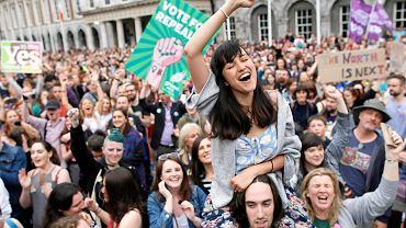 Radość zwolenników wykreślenia z konstytucji Irlandii ósmej poprawki zakazującej aborcji