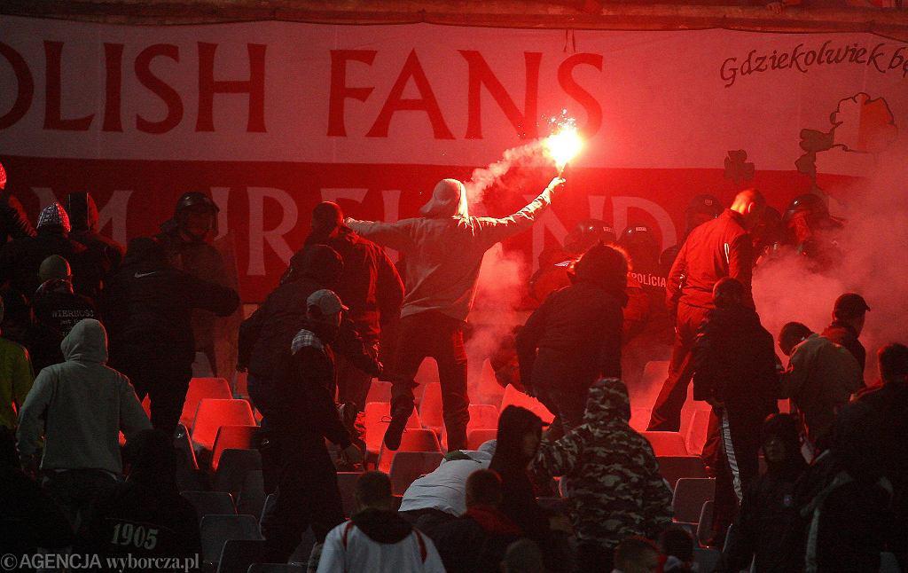 Mecz III ligi Jagiellonia II Białystok vs. Widzew Łódź. Rozróba kiboli z Łodzi pod Stadionem Miejskim w Białymstoku