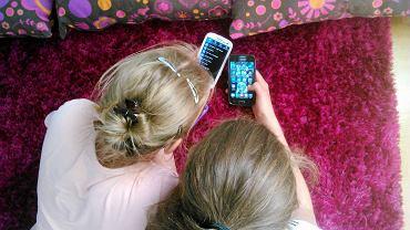 Uczniowie z telefonami komórkowymi