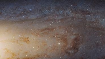 Andromeda (Messier 31). Jej dysk ma średnicę około 100 tys. lat świetlnych, tu widać 60 tys. lś