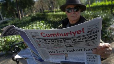"""Mężczyzna w Turcji czyta """"Cumhuriyet"""", wiodący dziennik nawołujący do sekularyzacji kraju. Redakcja twierdzi, że ich ciężarówki wyjeżdżające z drukarni były zatrzymywane w poszukiwaniu przedruków karykatur z """"Charlie Hebdo"""""""